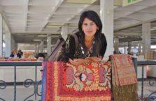 Uzbekistan - młoda dziewczyna w mieście Samarkanda.