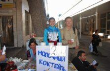 Uzbekistan - z dziewczyną sprzedającą koktajle w Taszkient.