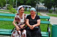 Kazachstan - kobiety w parku.