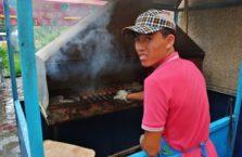 Kazachstan - chłopak sprzedający szaszłyki.