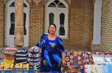 Uzbekistan - kobieta na bazarze w mieście Bukhara.