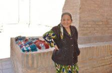Uzbekistan - starsza kobieta w mieście Khiva.