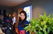 Kazachstan - kicia z kwiatkiem we włosach.