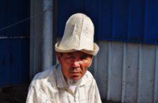 Kirgistan - męzczyzna w narodowym kapeluszu.