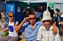 Kirgistan - ludzie w Bishkek i podróżniczka z Polski.