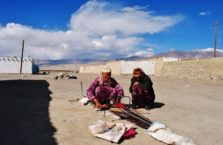 Tadżykistan - kobiety wyrabiające dywan na pustyni.