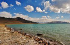 Tadżykistan - zimne jezioro Kara-Kul na Trasie Pamirskiej.