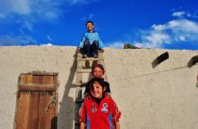 Tadżykistan - dzieci ze wsi Karakul na Trasie Pamirskiej.