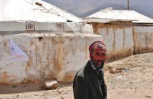 Tadżykistan - mężczyzna w pustynnej wsi.
