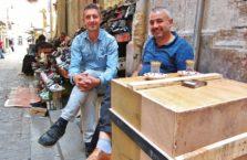 Turcja - mężczyźni na bazarze w Istanbule.