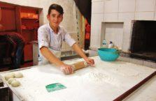 Turcja - chłopiec pracujący w kuchni.