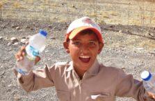 Iracki Kurdystan - chłopiec na trasie sprzedający wodę.