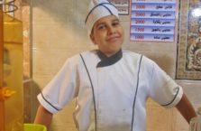 Iracki Kurdystan - młody Arab z terenów okupowanych przez ISIS, który sprzedaje słodycze w Kurdystanie.