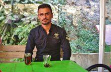 Iracki Kurdystan - młody mężczyzna na herbacie..