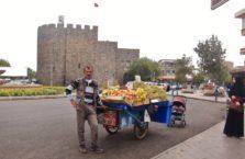 Turcja - sprzedawca owoców.