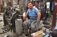Turcja - sprzedawca pasków w Diyarbakir.